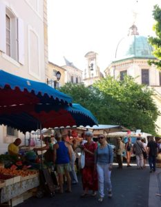 Apt Markt mit der Kathedrale St Anne